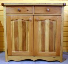 Cómoda con varias maderas diferentes