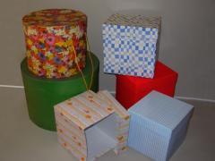 Cajas sombrereras y cubos