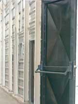 Puerta metálica con manilla antipánico.