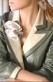 Blazer con gran cuello sport en nappa color vainilla y flor de cuero en los mismos tonos hecha a mano