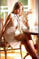 Vestido anudado al cuello en nappa chiffon color vainillas con blondas perforadas en el ruedo